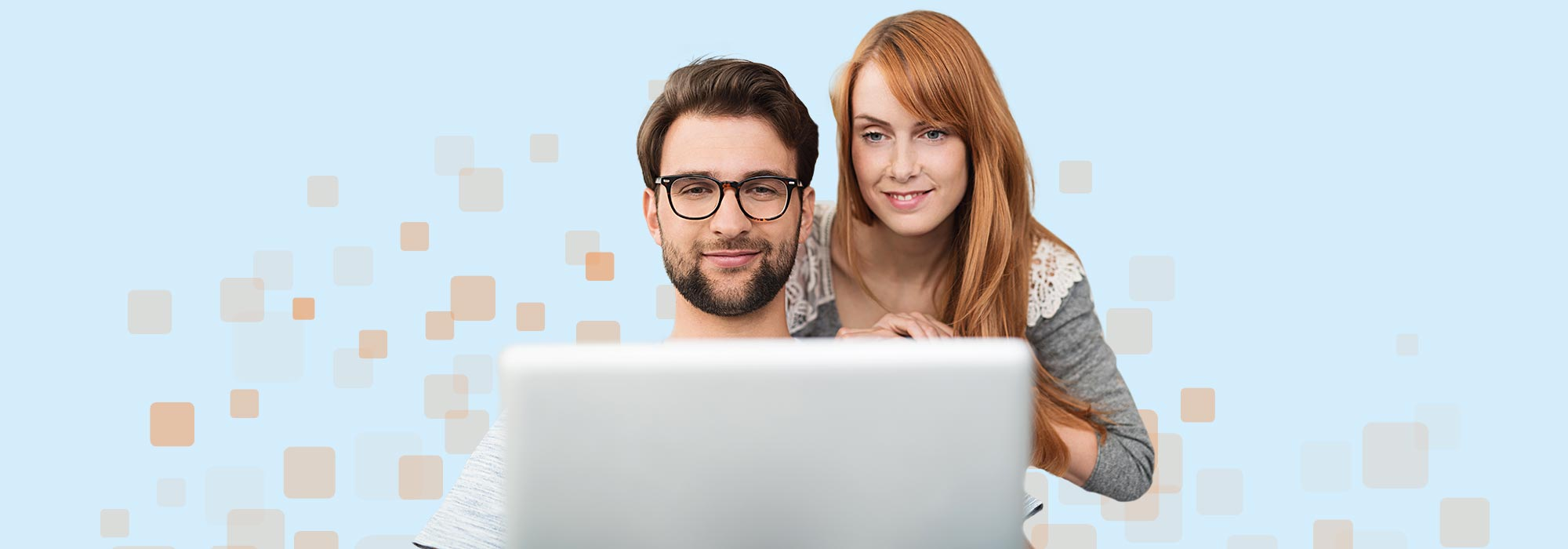 Mann und Frau schauen auf ein Laptop